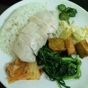 シンプルメニューの店の味は確実よ。「慶城海南雞飯」
